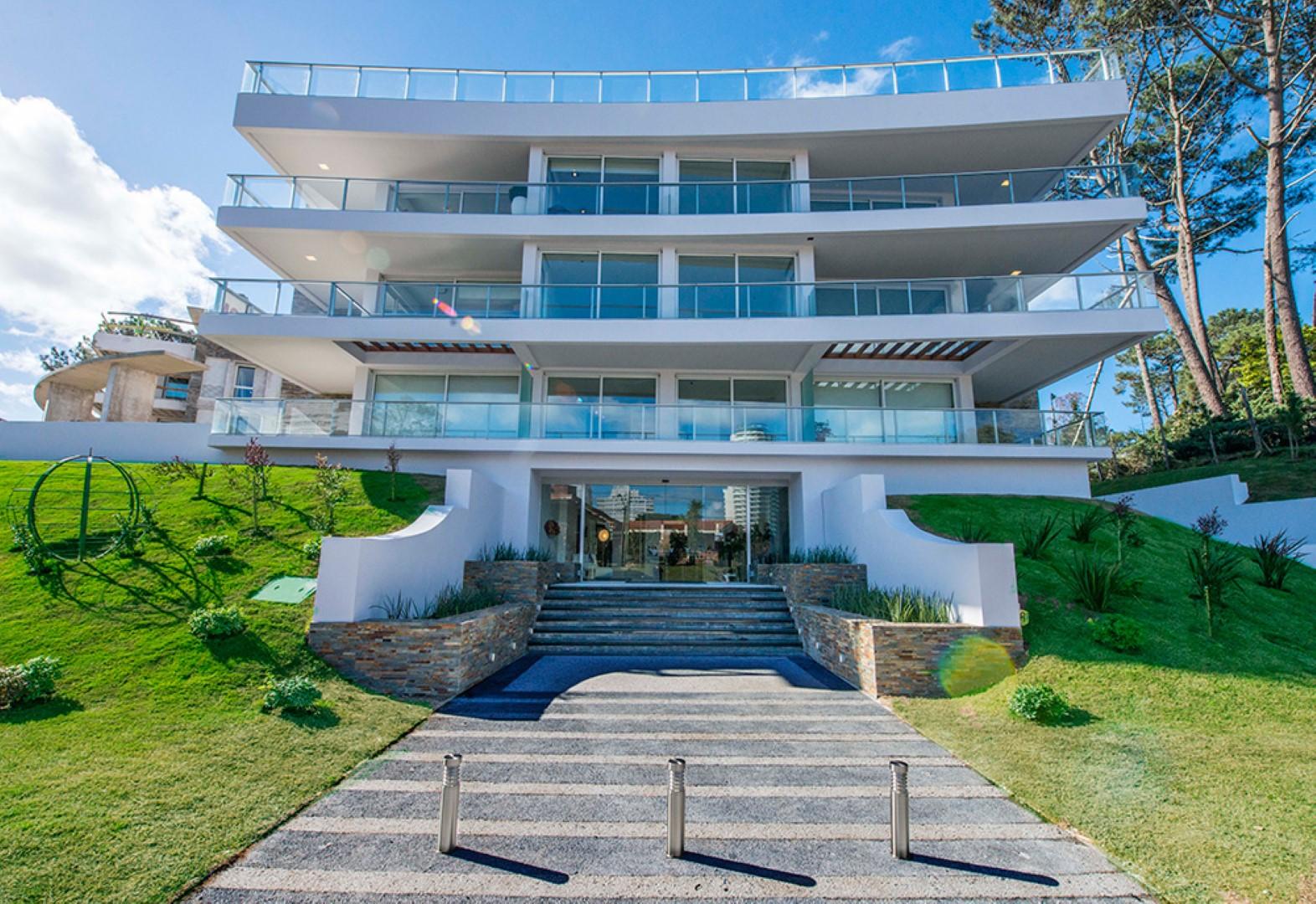 Excelente, moderno apartamento esquinero, zona verde Mansa